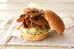 【うずの丘店】夏休みは、うずの丘店10食限定「あわじ島キャベツたっぷり薄切りトンテキバーガー」で決まり!