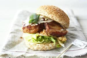 【うずの丘店】うずの丘店には、ジューシーでまろやかぁ〜な限定バーガーがアリマス!
